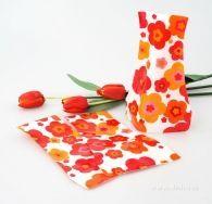 Skládací váza na květiny s oranžovočervenými květy